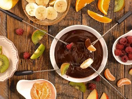 Шоколадово фондю по швейцарски с натурален шоколад, кондензирано мляко и бадеми - снимка на рецептата